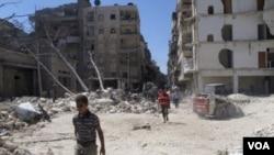 人們走在敘利亞政府軍轟炸後的廢墟上