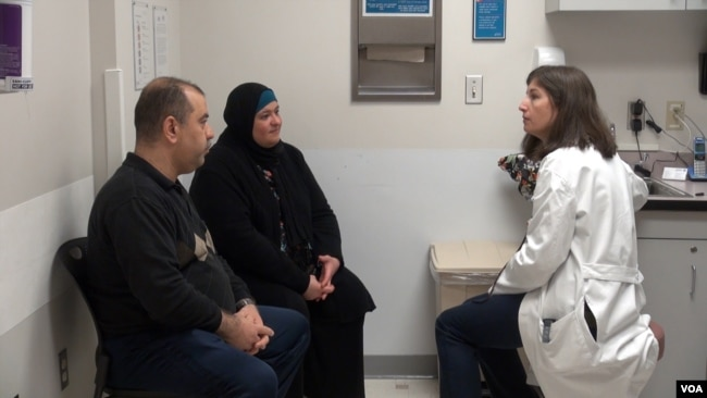 Patients at the International Family Medicine Clinic in Charlottesville, Virginia, meet with one of the clinic's health care providers. (J.Soh/VOA)