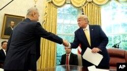 도널드 트럼프 미국 대통령이 지난달 백악관에서 류허 중국 부총리와 만났다.