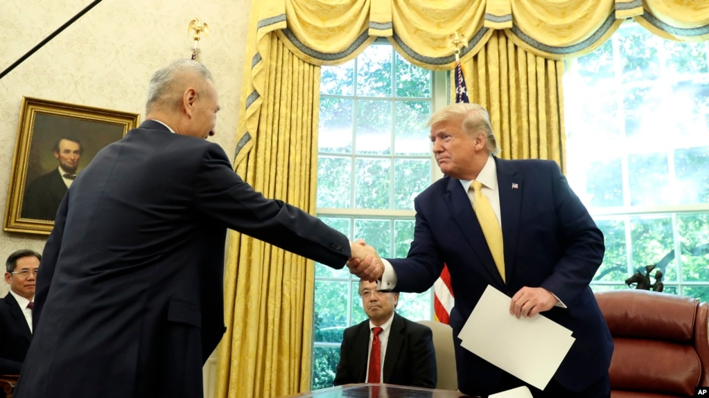 美国总统特朗普星期五(10/11/2019)和中国副总理刘鹤在白宫握手。