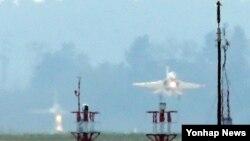 미한 공군 대비태세 유지 훈련의 하나로 '버질런트 에이스(Vigilant ACE)' 훈련이 개시된 지난해 11월, 광주 광산구 제1전투비행단 활주로에서 T-50 공군 훈련기 두 대가 연무 속에서 이륙하고 있다. (자료사진)