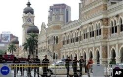 马来西亚警方在周六集会前封锁了吉隆坡通往默迪卡广场的道路
