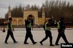 지난해 3월 중국 신장 이드 카 모스크 앞 광장을 공안들이 순찰하고 있다.