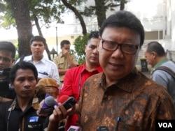 Menteri Dalam Negeri Tjahjo Kumolo berbicara pada wartawan di kompleks Istana Kepresidenan, Jakarta (22/4). (VOA/Andylala Waluyo)