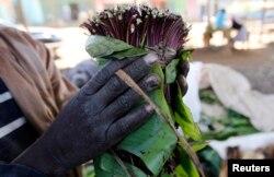 Seorang petani khat mengepak tanamannya di titik pengumpulan dekat perkebunannya di Maua, dekat Meru, Kenya timur 20 Agustus 2014. (Foto: Reuters)