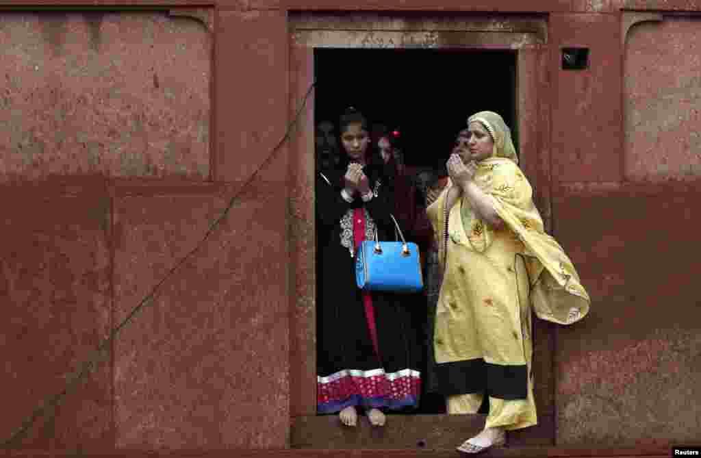 نماز عید کے بعد خواتین دعا مانگ رہی ہیں۔