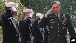 ນາຍພົນ David-Petraeus ຜູ້ບັນຊາການກອງທັບສະຫະລັດແລະກຸ່ມ ເນໂຕ້ທີ່ອັຟການີສຖານ ຄໍານັບທະຫານ ວັນທີ 4 ກໍລະກົດ 2011