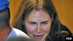 Amanda Knox se emocionó tras ser absuelta por una corte de apelaciones en el tribunal de Perugia, Italia en 2011. Ahora deberá regresar a corte.