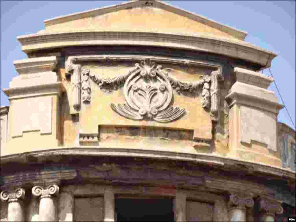 عمارت کے قدیم نقش و نگار جبکہ خستہ حالت کے باعث عمارت کا نام مٹ چکا ہے