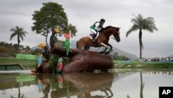 Sam Griffiths, de l'Australie, en pleine compétition de sports équestres aux Jeux olympiques d'été de 2016 à Rio de Janeiro, au Brésil, 8 août 2016.
