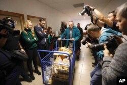 Dopremanje dokaza u sudnicu u slovačkom Peznioku gde je održano suđenje za ubistvo istraživačkog novinara Jana Kuciaka i njegove verenice Martine Kusnirove;19. decembar 2019.