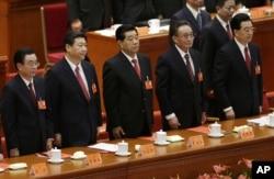 中共十八大闭幕式上的政协主席贾庆林(中)和中纪委书记贺国强(左)、国家副主席习近平、人大委员长吴邦国、国家主席胡锦涛