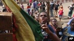 Matasa a Mali suke zanga-zangar kan yadda gwamnatin kasar take daukar hare haren 'yan tawayen abzinawa.