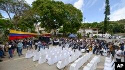 Para anggota parlemen dari kelompok oposisi menggelar rapat parlemen tanpa kehadiran legislator pendukung pemerintah, di kawasan Cumbres de Curumo, di Caracas, Venezuela, 21 Januari 2020. (Foto: AP)