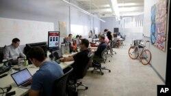 រូបថតថ្ងៃទី១២ ខែសីហា ឆ្នាំ២០១៤ បង្ហាញបុគ្គលិកក្រុមហ៊ុន Rivalry Games ធ្វើការនៅសាលបណ្តុះបច្ចេកវិទ្យា (technology incubator) នៅក្រុង Santa Monica រដ្ឋកាលីហ្វ័រញ៉ាដែលជាសង្កាត់មួយនៃក្រុង Los Angeles។