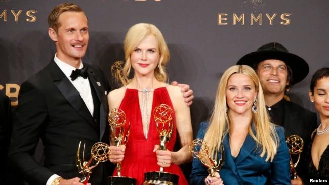 """Alexander Skarsgard, Nicole Kidman et Reese Witherspoon aux Emmy Awards pour la série télévisée """"Big Little Lies"""" à Los Angeles, le 17 septembre 2017."""