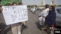 Seorang aktivis dari organisasi anti-kekerasan di Karachi, Pakistan melakukan aksi unjuk rasa mendesak diakhirinya kekerasan dan pembunuhan (20/8).