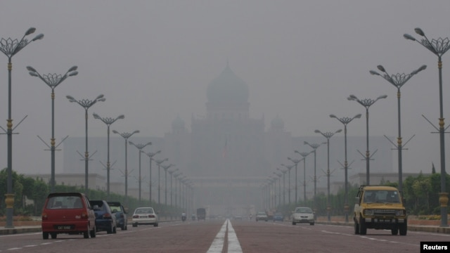 Malaysian landmark Putra Perdana in Putrajaya is seen shrouded by haze from forest fires raging across Indonesia, (File photo).