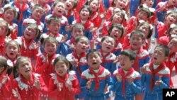 '김일성 수령님 다시 보고싶어요' 노래를 부르는 북한 유치원의 어린이들 (자료사진)
