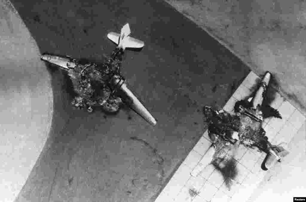 Misr qiruvchi samolyotining qoldiqlari / Egyptian fighter jets are seen after being destroyed by Israel's Air Force during the Middle East War June 5, 1967.