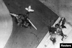 پانچ جون 1967 کو اسرائیلی فضائیہ کے حملے میں تباہ ہونے والے مصر کے جنگی طیارے۔ (فائل فوٹو)
