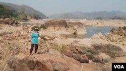 Bula Tawan has been fishing along the Mekong River near Nong Khai, Thailand, for more than 40 years. (Steve Sandford/VOA)