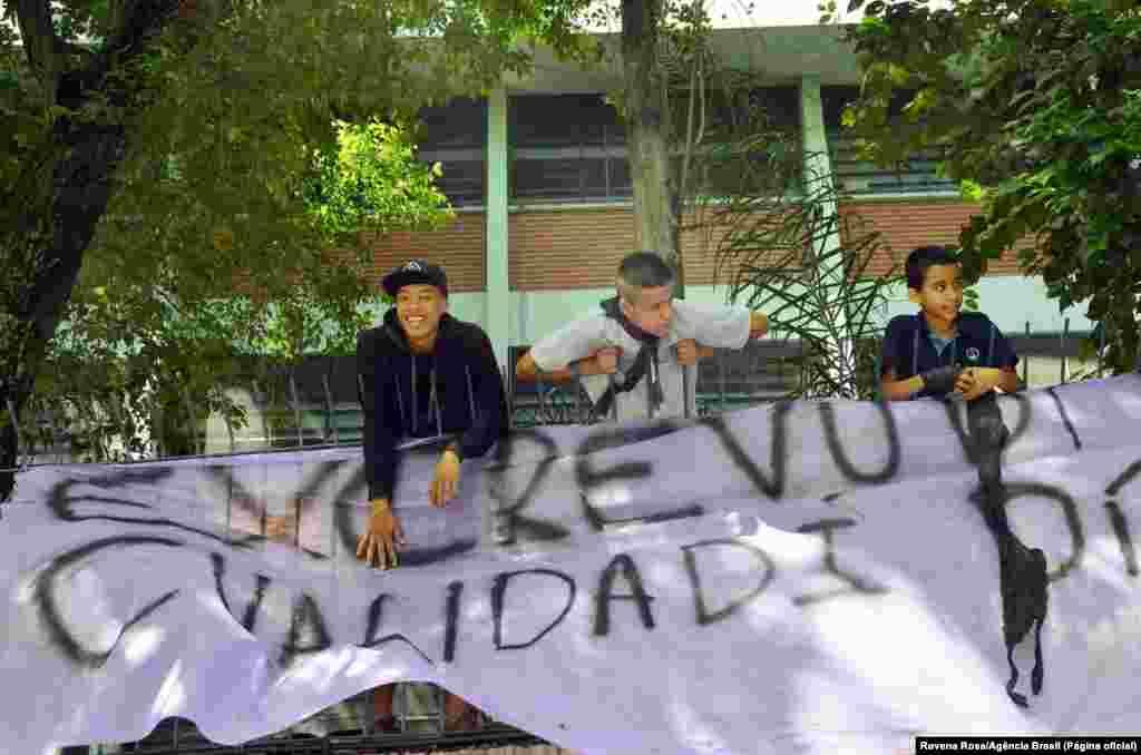 Estudantes ocupam escolas de São Paulo em protesto contra reorganização escolar