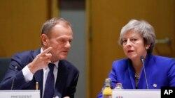 La Première ministre britannique Theresa May, à droite, et le président du Conseil européen, Donald Tusk, lors du sommet de l'UE à Bruxelles, le dimanche 25 novembre 2018. (Olivier Hoslet, photo de la piscine via AP).