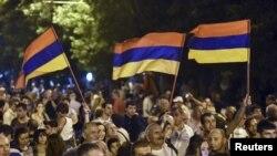 Nümayişçilər Yerevanda elektrik qiymətlərinin qaldırılmasına etiraz edirlər. 1 iyul, 2015.