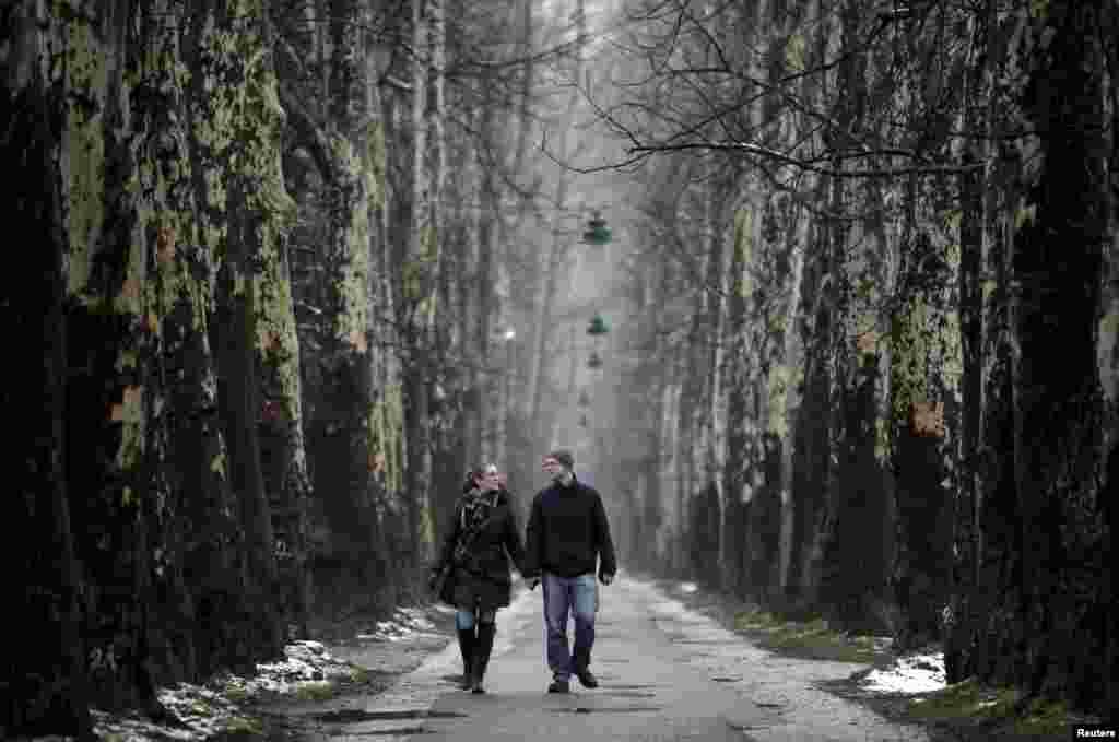 Pasangan muda-mudi berjalan sepanjang jalan Valentine's Day di Sarajevo, Bosnia-Herzegovina.