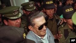 En esta foto de archvio se ve a Luis García Meza, ex dictador militar de Bolivia, saliendo de la clínica Copacabana en La Paz, después de haber sido hospitalizado por 72 horas por problemas cardíacos, el 17 de enero de 1997.