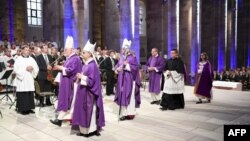 (de gauche à droite) le cardinal Reinhard Marx, l'archevêque Nikola Eterovic, l'apôtre Nuntius et l'évêque de Speyer Karl-Heinz-Wiesemann, célébrent une messe, le 1er juillet 2017.