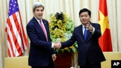 Secretary of State John Kerry, left, shakes hands with Secretary of the Ho Chi Minh City Party Committee Dinh La Thang before their meeting, Jan. 13, 2017, in Ho Chi Minh City, Vietnam.