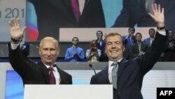 Thủ tướng Nga Vladimir Putin (trái) và Tổng thống Nga Dmitry Medvedev