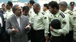 مرتضی تمدن، استاندار تهران در حال صحبت با مقامات نیروی انتظامی