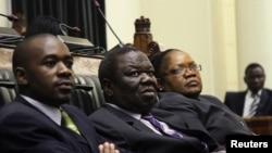 La vice-présidente du Zimbabwe, Joice Mujuru (à droite), le Premier ministre Morgan Tsvangirai (centre) et le député Nelson Chamisa