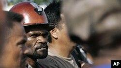 印度尼西亚一座铜金矿工人在等汽车(2012年1月3号资料照)