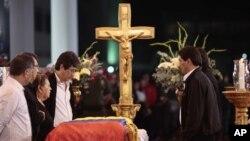2013年3月6日委内瑞拉去世总统查韦斯的遗体停放在一个军事学院,他的母亲(左中)和其他家人在覆盖国旗的棺木旁瞻仰遗容