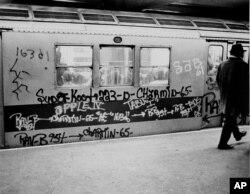 New York Metrosu'nun 1970'lerde çekilen bir fotoğrafı. Sprey boyalı kirli trenler, sabahları işe, okula gitmek isteyenler için cazip olmasa da zoraki seçenek haline gelmiş durumaydı