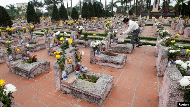 Mộ của binh sĩ Việt Nam hy sinh trong cuộc chiến biên giới 1979 tại nghĩa trang quân đội bên ngoài Hà Nội.