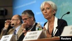 Tổng giám đốc IMF Christine Lagarde (phải) nói chuyện về vấn đề kinh tế Mỹ sau khi phúc trình được công bố