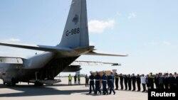 Chiếc máy bay quân sự của Hà Lan chở xác nạn nhân trong vụ máy bay Malaysia bị bắn rơi hồi tuần trước đã rời khỏi thành phố Kharkiv ở miền đông Ukraine để bay tới Hà Lan, ngày 23/7/2014.