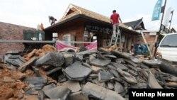 지진피해가 잇따른 경주일대를 특별재난지역으로 선포하기로 정부와 여당, 청와대가 합의한 가운데 21일 경주시 황남동 주민들이 피해 보수작업을 펼치고 있다.