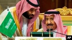 Raja Arab Saudi Salman bin Abdulaziz Al Saud (kanan) berbicara dengan putra mahkota Mohammed bin Salman di Riyadh, Arab Saudi (foto: dok).