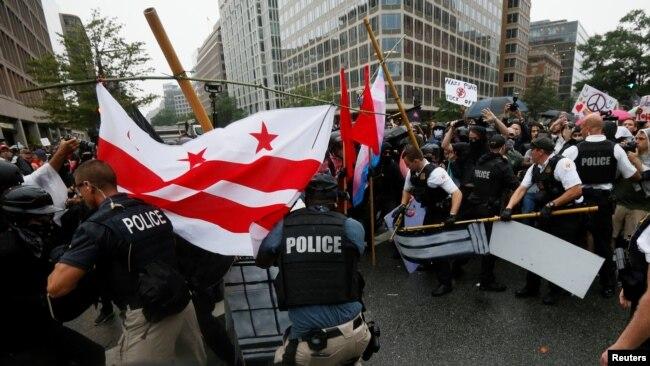 2017'deki Charlottesville protestolarının birinci yıldönümünde Beyaz Saray önünde polis, anarşistler ve Antifa üyeleriyle karşı karşıya gelmişti (12 Ağustos 2018)