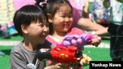 어린이날인 5일 서울 광진구 능동로 일대에서 열린 '2015 서울동화축제'에서 어린이들이 물총 싸움을 하고 있다.