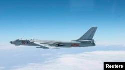 资料照:由日本空中自卫队2013年10月27日拍摄、日本防卫厅公布的照片显示,一架中国轰-6轰炸机从冲绳本岛和宫古岛之间的空域飞过。