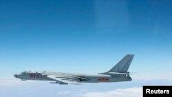 Tư liệu: oanh tạc cơ TQ H-6 bay trên không phận giữa hòn đảo chính của quận Okinawa và đảo nhỏ Miyako ở Thái Bình Dương. Ảnh của Không quân của Lực lượng Tự vệ Nhật bản, chụp ngày 27/10/2013. Bộ Quốc phòng Nhật bản/Handout via Reuters