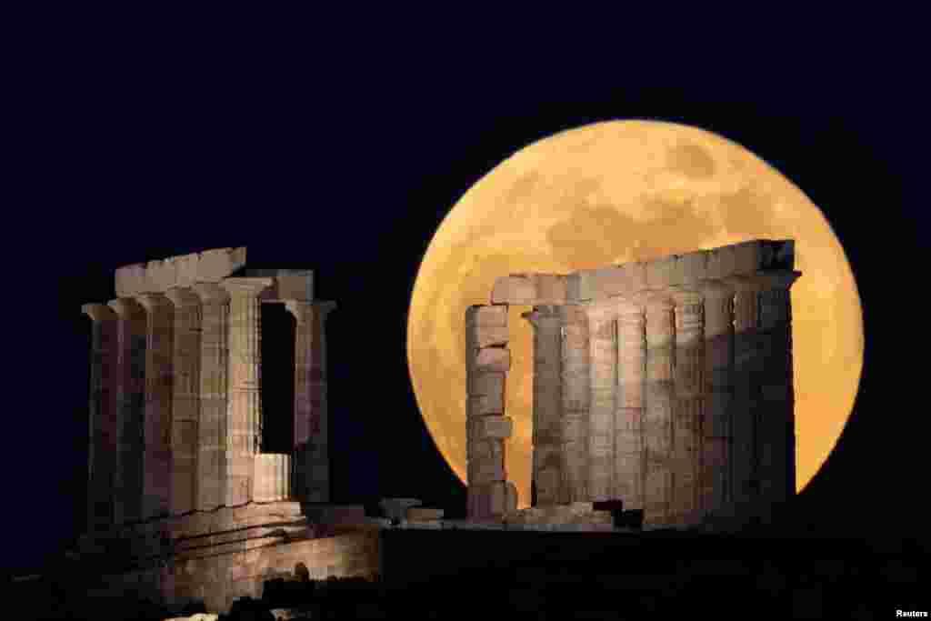 نمایی از مهتاب کامل بر فراز ساختمانهای باستانی یونان