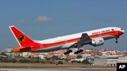 "O ""Boeing 777"" levantando voo do aeroporto internacional de Lisboa, antes de ter sido obrigado a regressar"